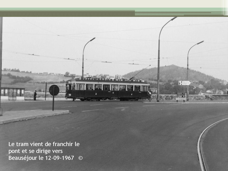 Le tram vient de franchir le pont et se dirige vers Beauséjour le 12-09-1967 ©