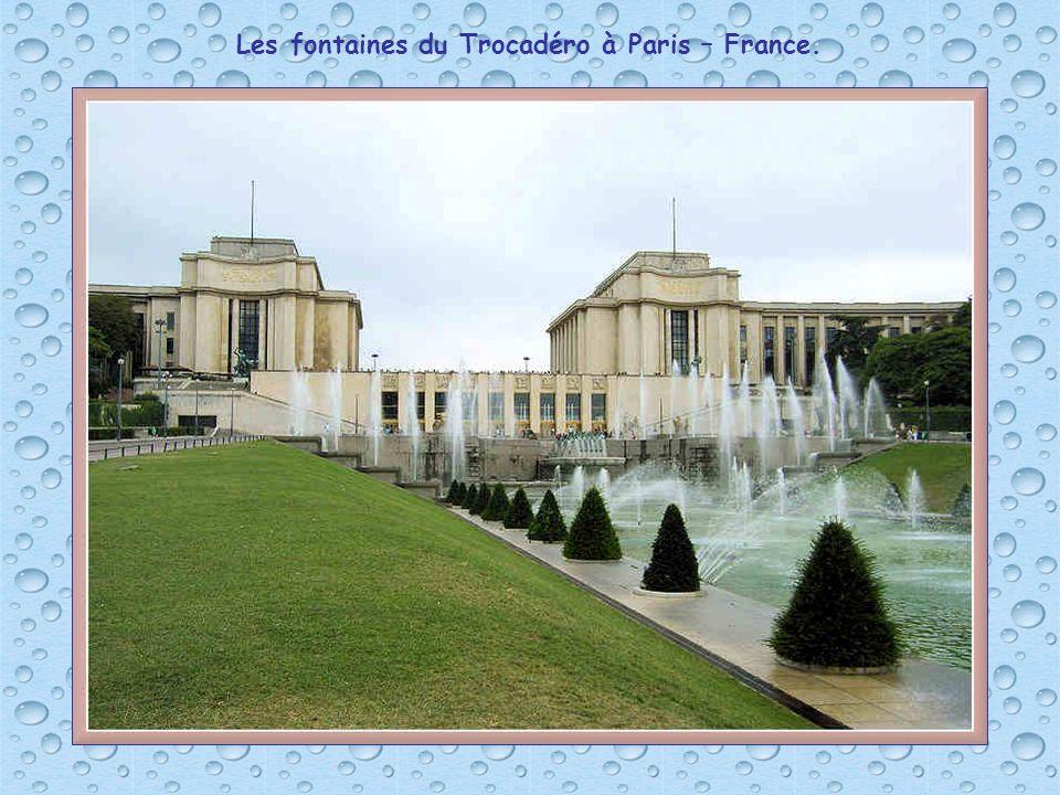 Les fontaines du Trocadéro à Paris – France.