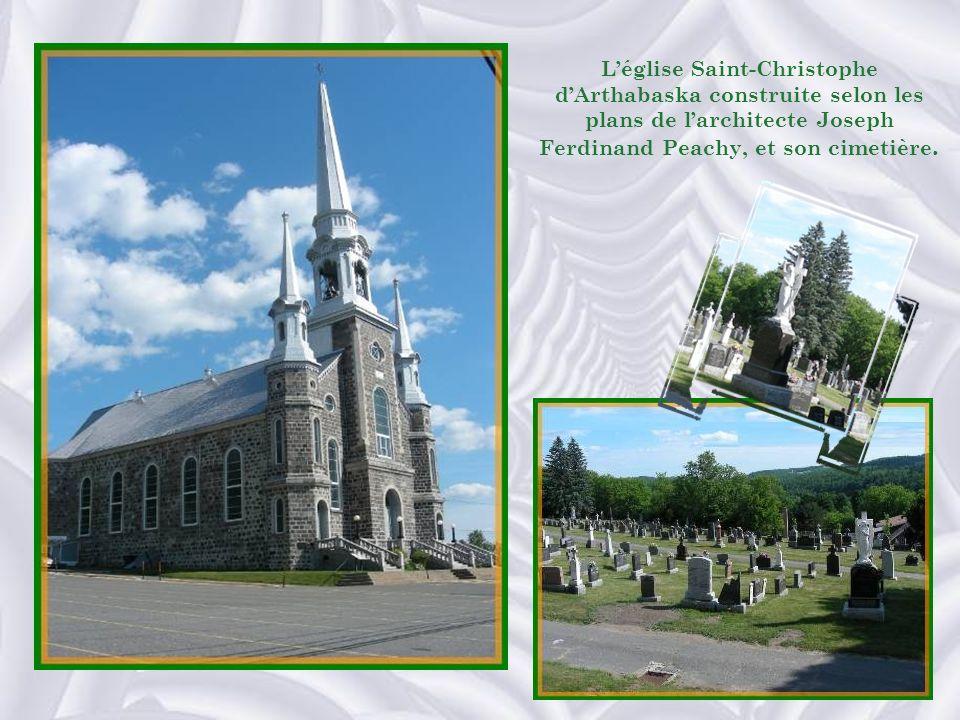 L'église Saint-Christophe d'Arthabaska construite selon les plans de l'architecte Joseph Ferdinand Peachy, et son cimetière.