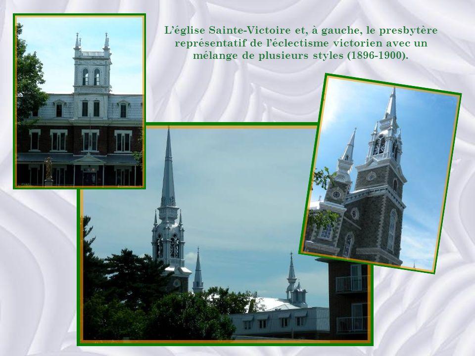 L'église Sainte-Victoire et, à gauche, le presbytère représentatif de l'éclectisme victorien avec un mélange de plusieurs styles (1896-1900).