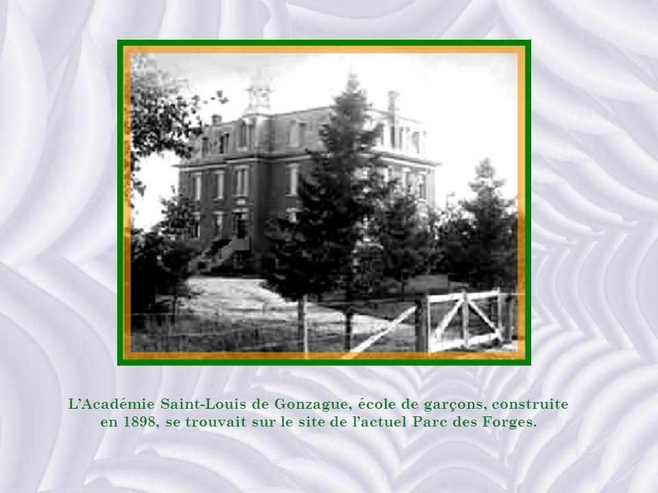 L'Académie Saint-Louis de Gonzague, école de garçons, construite en 1898, se trouvait sur le site de l'actuel Parc des Forges.