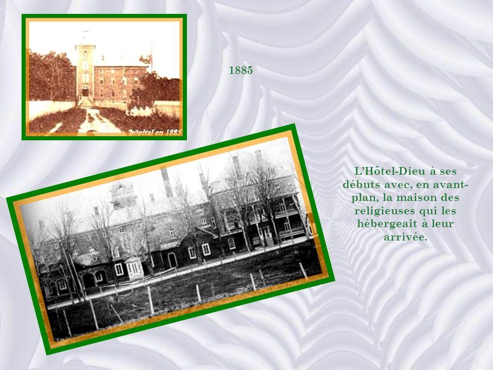 1885 L'Hôtel-Dieu à ses débuts avec, en avant-plan, la maison des religieuses qui les hébergeait à leur arrivée.