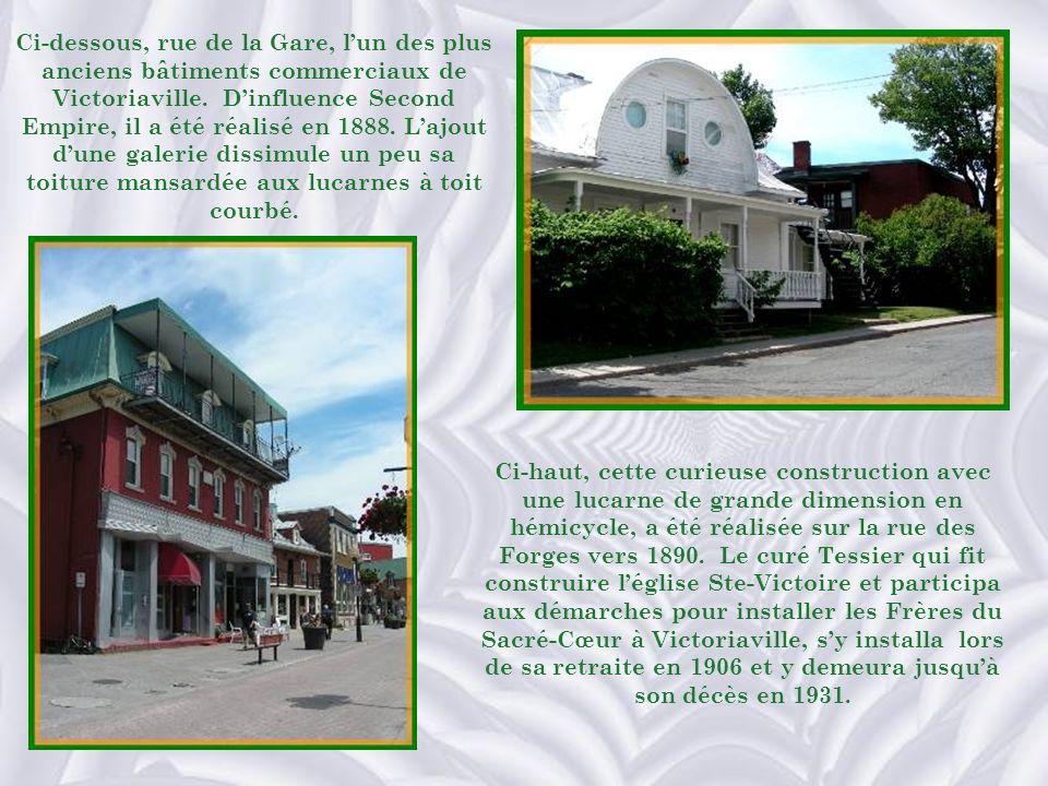 Ci-dessous, rue de la Gare, l'un des plus anciens bâtiments commerciaux de Victoriaville. D'influence Second Empire, il a été réalisé en 1888. L'ajout d'une galerie dissimule un peu sa toiture mansardée aux lucarnes à toit courbé.