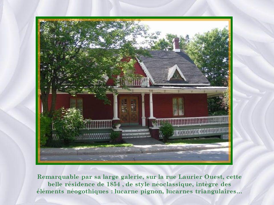 Remarquable par sa large galerie, sur la rue Laurier Ouest, cette belle résidence de 1854 , de style néoclassique, intègre des éléments néogothiques : lucarne pignon, lucarnes triangulaires…