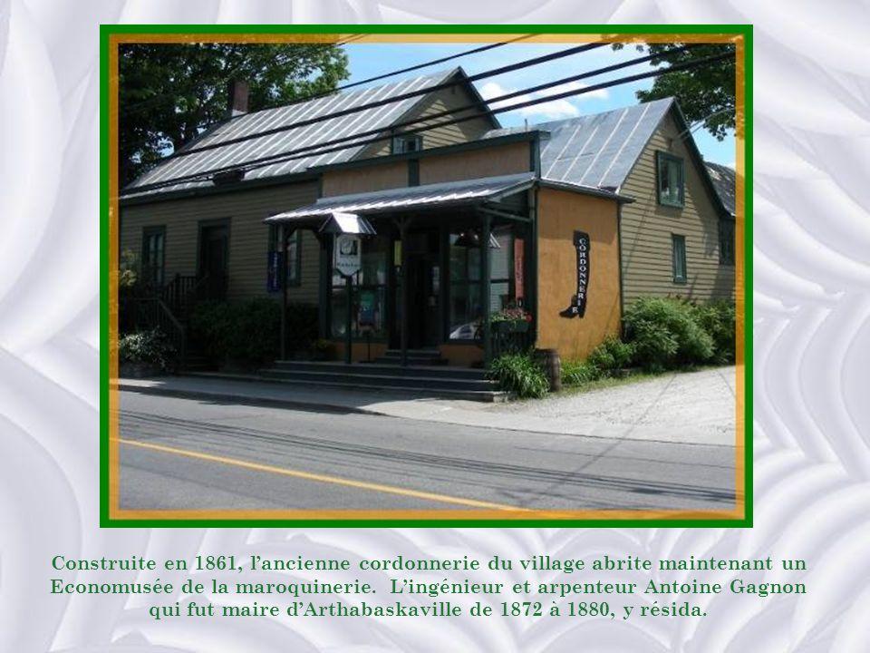 Construite en 1861, l'ancienne cordonnerie du village abrite maintenant un Economusée de la maroquinerie.