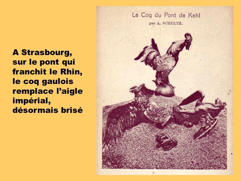 A Strasbourg, sur le pont qui franchit le Rhin, le coq gaulois remplace l'aigle impérial, désormais brisé.