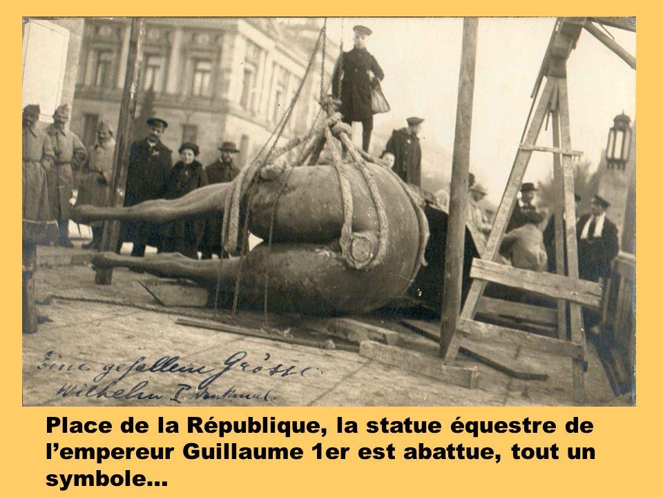 Place de la République, la statue équestre de l'empereur Guillaume 1er est abattue, tout un symbole…
