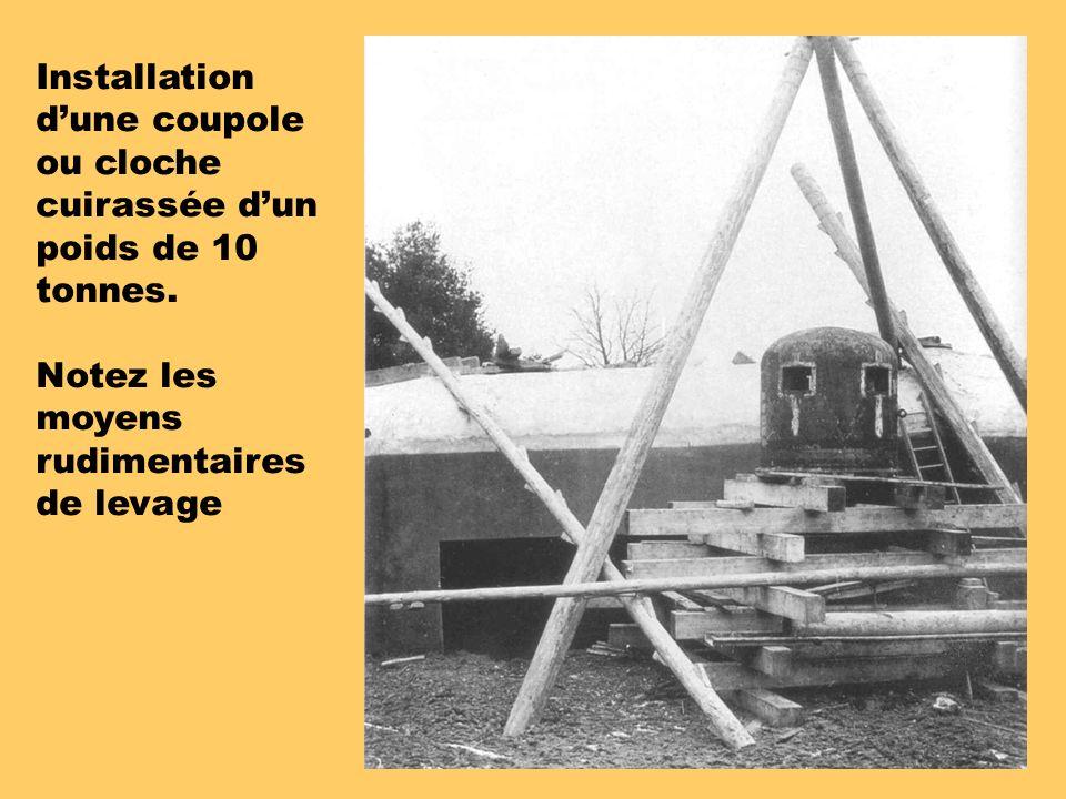 Installation d'une coupole ou cloche cuirassée d'un poids de 10 tonnes.