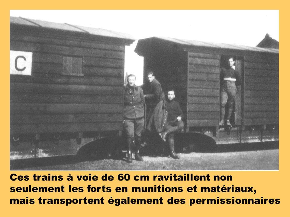 Ces trains à voie de 60 cm ravitaillent non seulement les forts en munitions et matériaux,