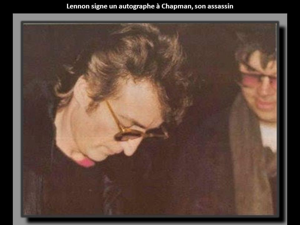 Lennon signe un autographe à Chapman, son assassin