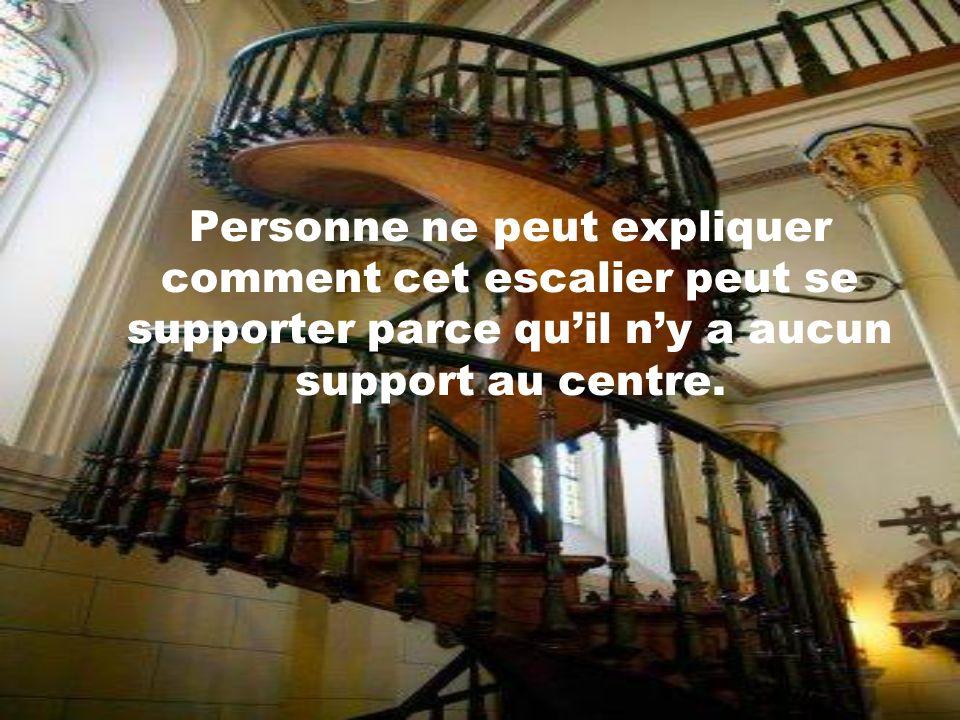 Personne ne peut expliquer comment cet escalier peut se supporter parce qu'il n'y a aucun support au centre.