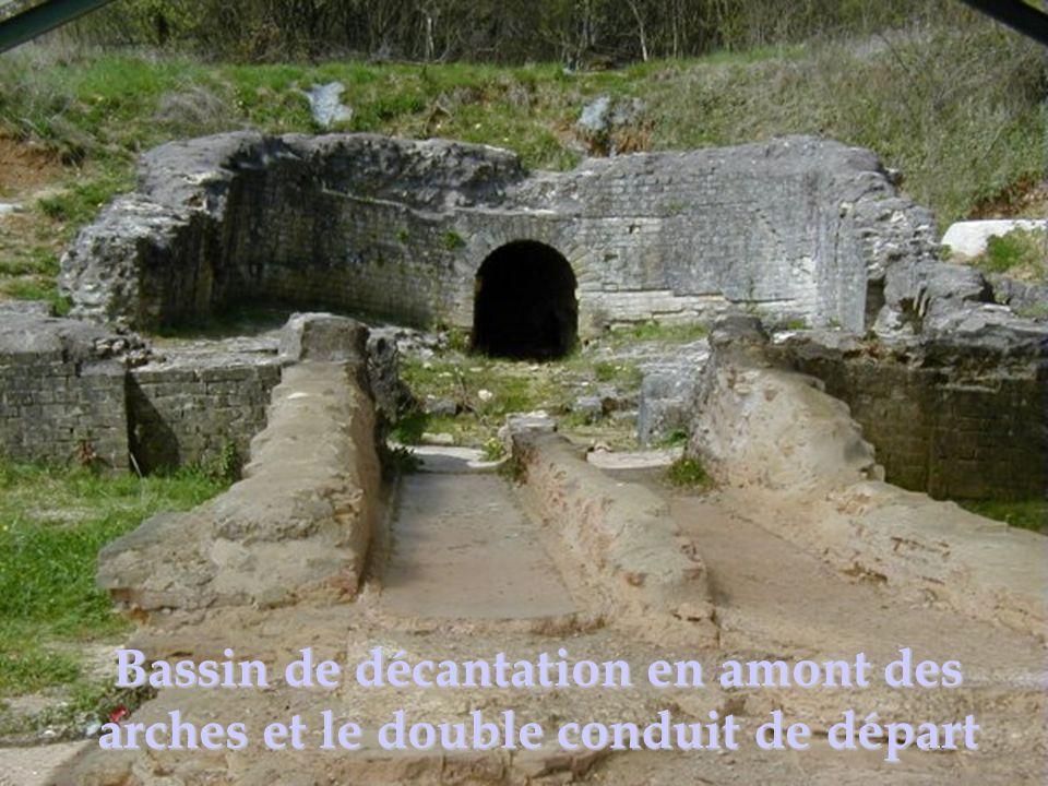 Bassin de décantation en amont des arches et le double conduit de départ