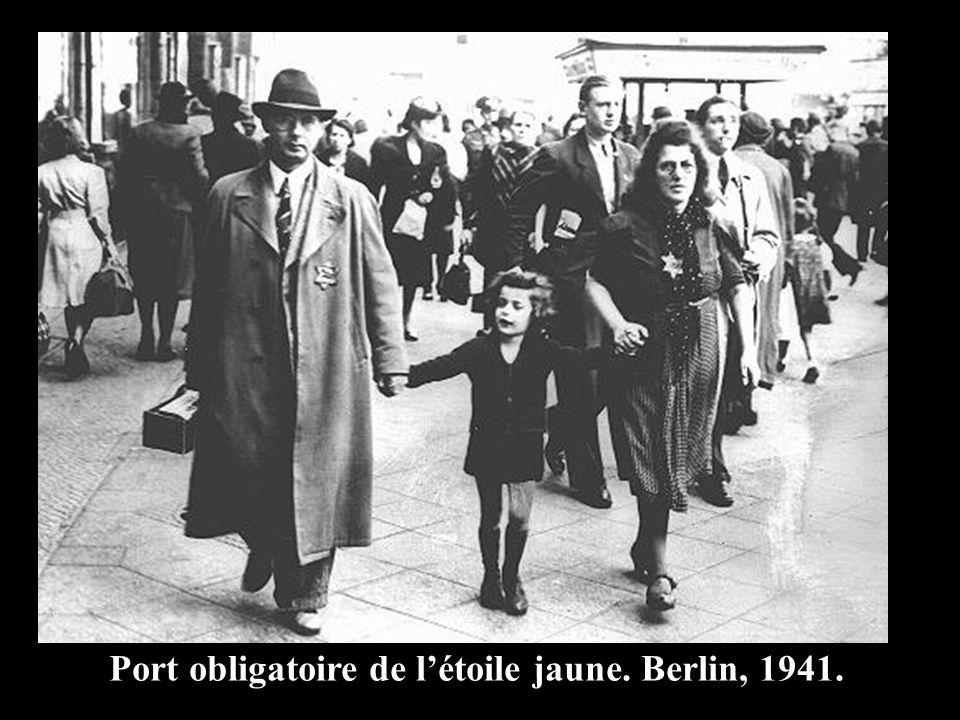 Port obligatoire de l'étoile jaune. Berlin, 1941.