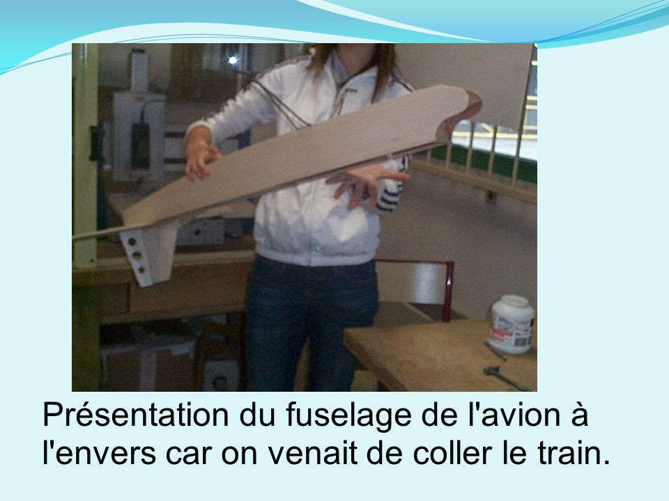 Présentation du fuselage de l avion à l envers car on venait de coller le train.