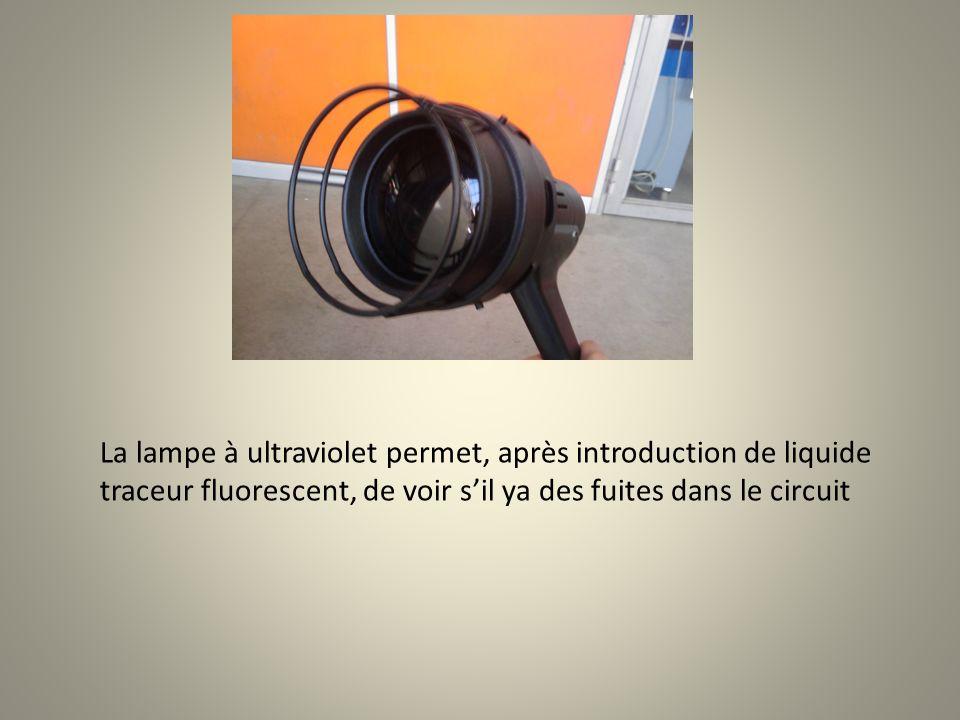 La lampe à ultraviolet permet, après introduction de liquide traceur fluorescent, de voir s'il ya des fuites dans le circuit