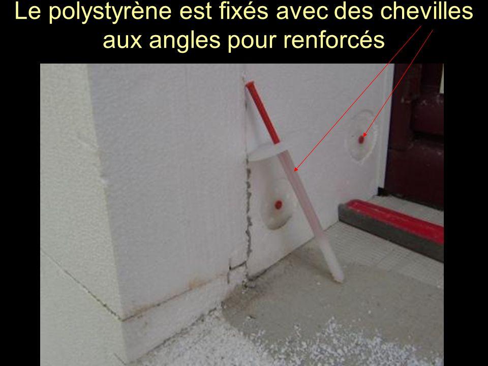 Le polystyrène est fixés avec des chevilles aux angles pour renforcés
