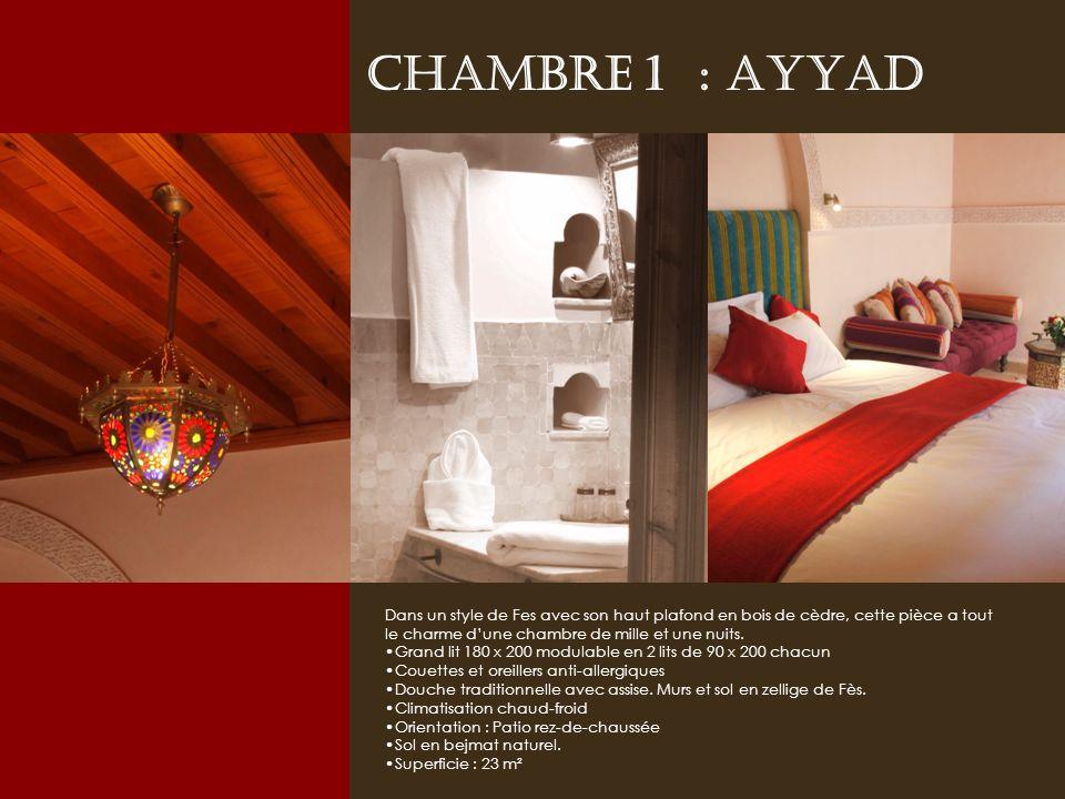 Chambre 1 : AYYAD Dans un style de Fes avec son haut plafond en bois de cèdre, cette pièce a tout le charme d'une chambre de mille et une nuits.