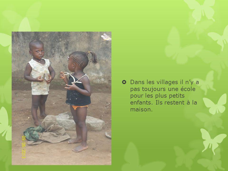 Dans les villages il n'y a pas toujours une école pour les plus petits enfants.