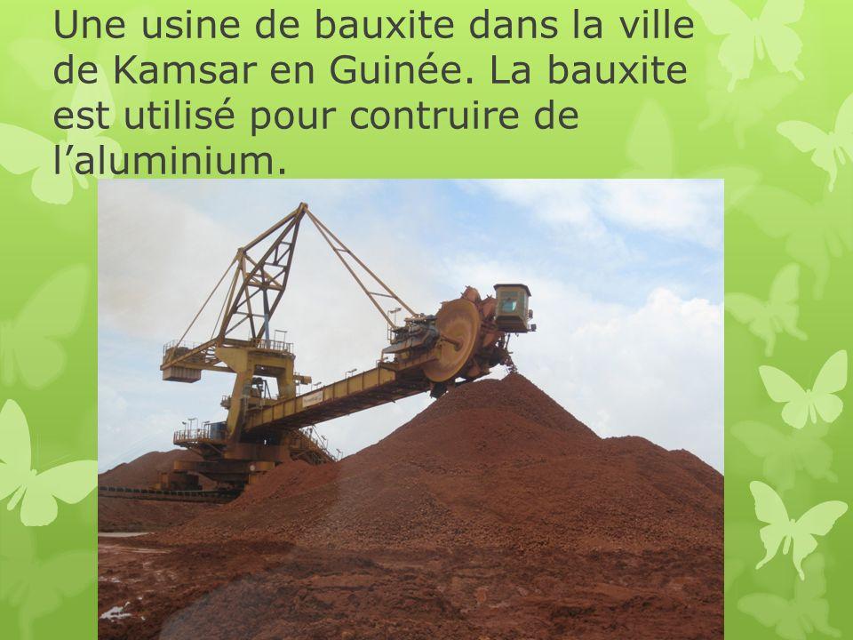 Une usine de bauxite dans la ville de Kamsar en Guinée