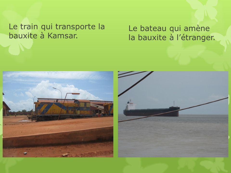 Le bateau qui amène la bauxite à l'étranger.