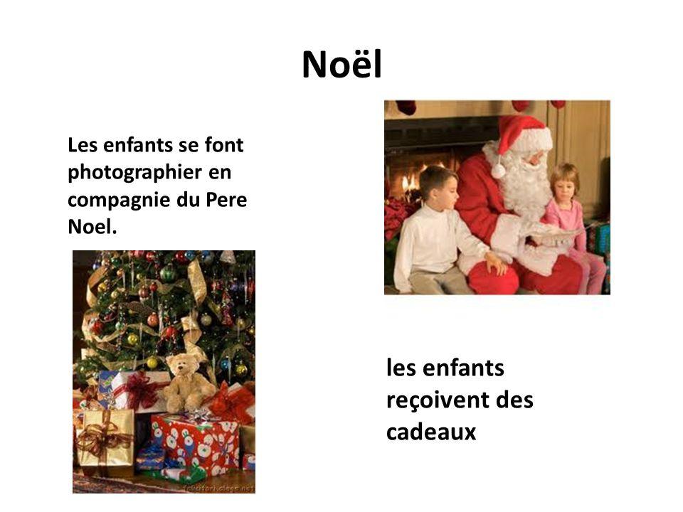 Noël les enfants reçoivent des cadeaux