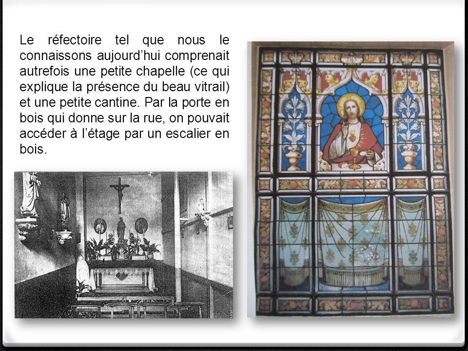 Le réfectoire tel que nous le connaissons aujourd'hui comprenait autrefois une petite chapelle (ce qui explique la présence du beau vitrail) et une petite cantine.