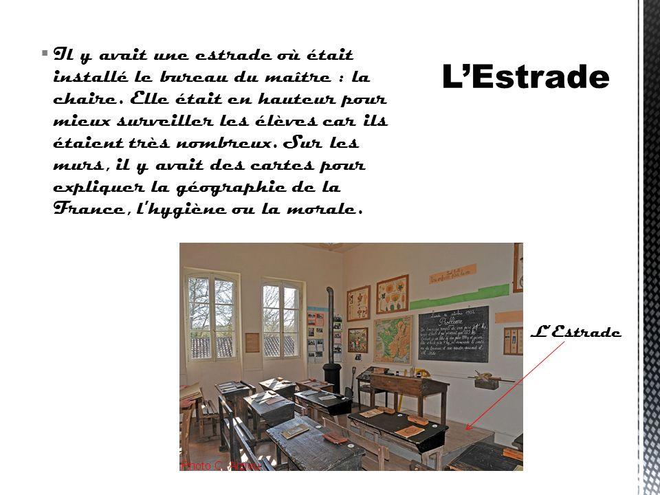 Il y avait une estrade où était installé le bureau du maître : la chaire. Elle était en hauteur pour mieux surveiller les élèves car ils étaient très nombreux. Sur les murs, il y avait des cartes pour expliquer la géographie de la France, l hygiène ou la morale.