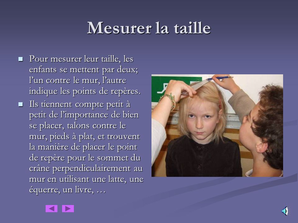 Mesurer la taille Pour mesurer leur taille, les enfants se mettent par deux; l'un contre le mur, l'autre indique les points de repères.