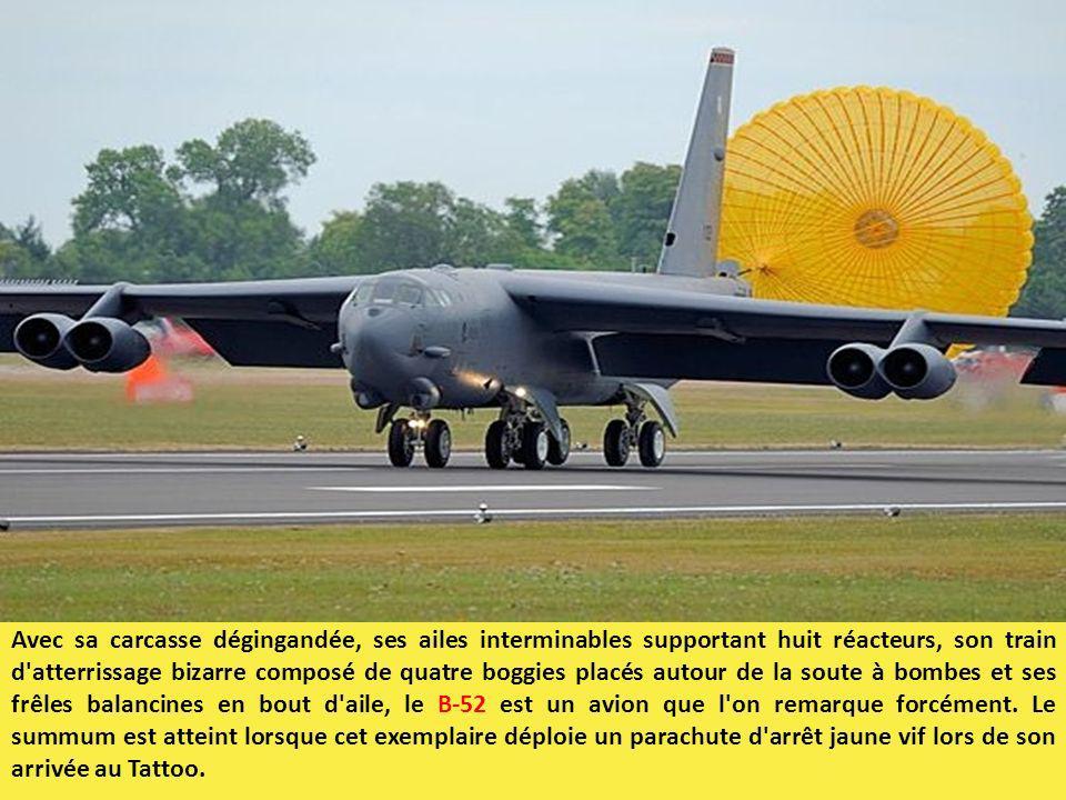 Avec sa carcasse dégingandée, ses ailes interminables supportant huit réacteurs, son train d atterrissage bizarre composé de quatre boggies placés autour de la soute à bombes et ses frêles balancines en bout d aile, le B-52 est un avion que l on remarque forcément.