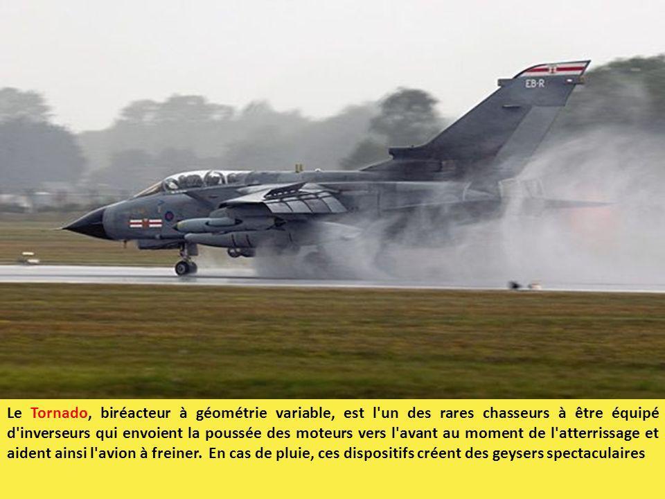 Le Tornado, biréacteur à géométrie variable, est l un des rares chasseurs à être équipé d inverseurs qui envoient la poussée des moteurs vers l avant au moment de l atterrissage et aident ainsi l avion à freiner. En cas de pluie, ces dispositifs créent des geysers spectaculaires