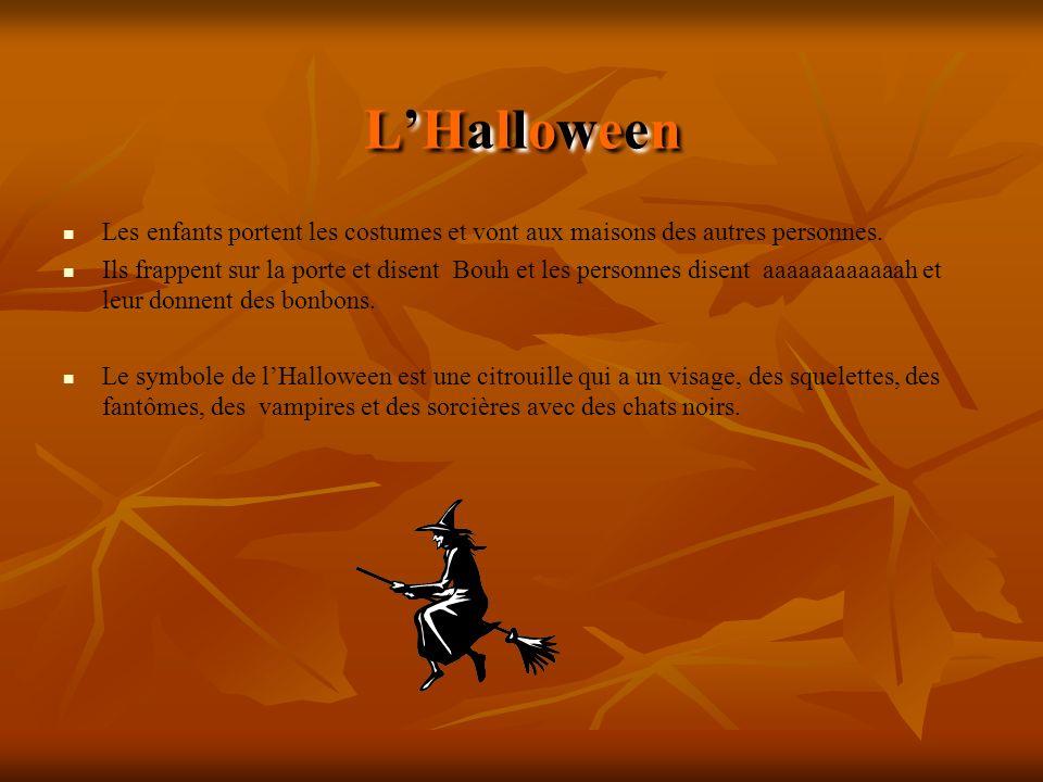 L'Halloween Les enfants portent les costumes et vont aux maisons des autres personnes.