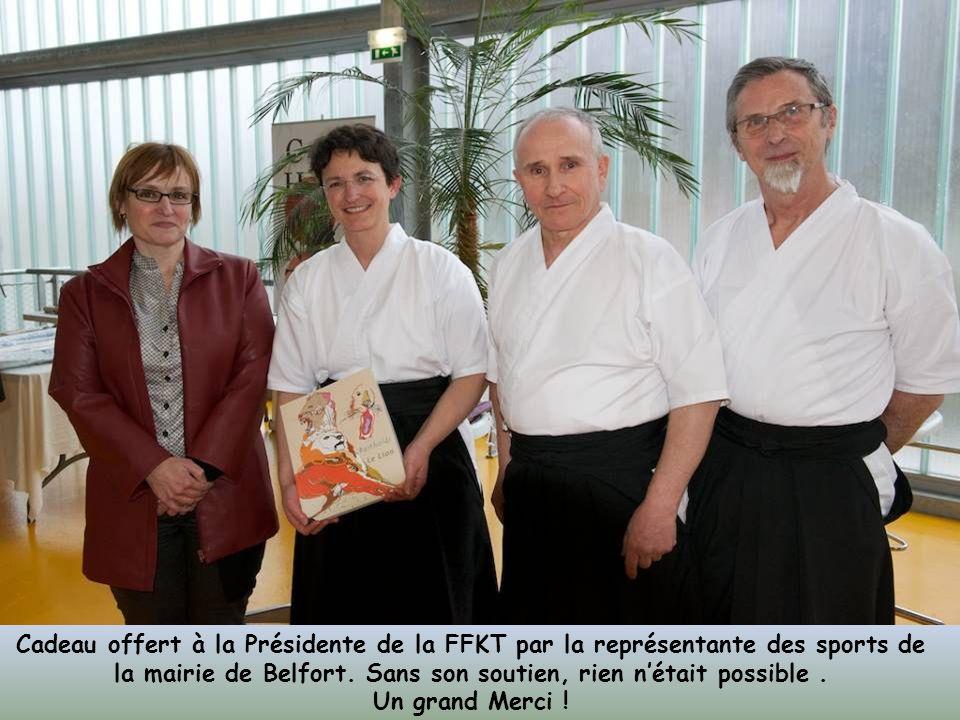 Cadeau offert à la Présidente de la FFKT par la représentante des sports de la mairie de Belfort. Sans son soutien, rien n'était possible .