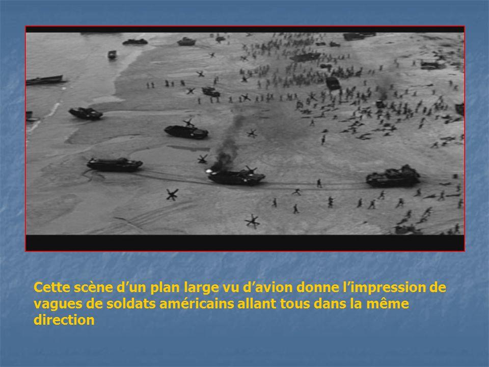 Cette scène d'un plan large vu d'avion donne l'impression de vagues de soldats américains allant tous dans la même direction