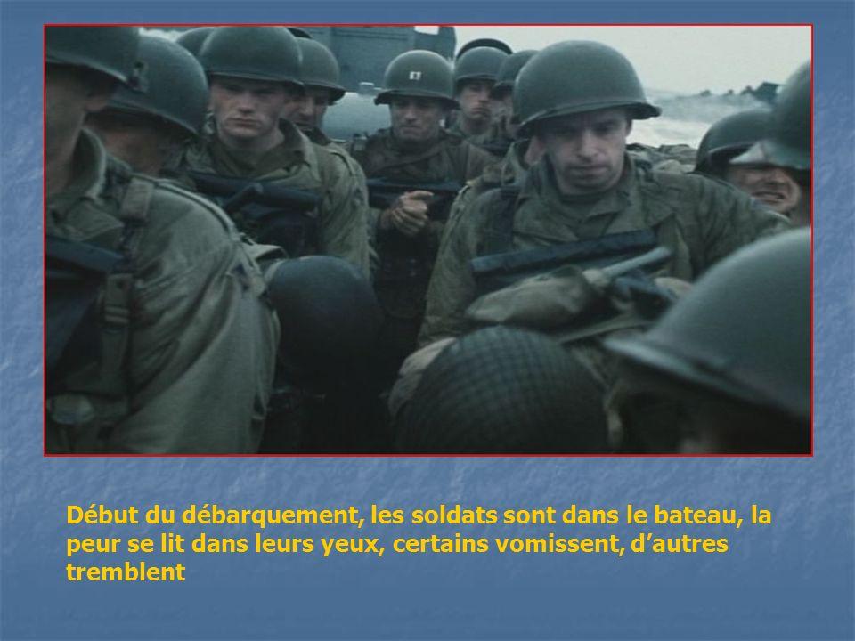 Début du débarquement, les soldats sont dans le bateau, la peur se lit dans leurs yeux, certains vomissent, d'autres tremblent