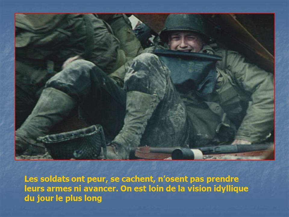 Les soldats ont peur, se cachent, n'osent pas prendre leurs armes ni avancer.