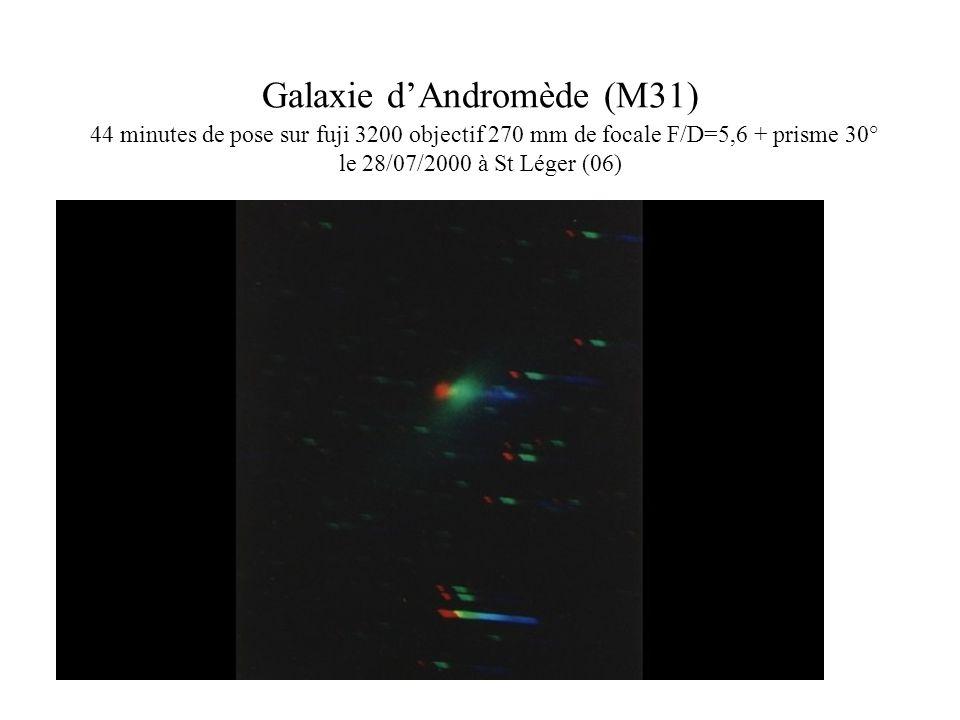 Galaxie d'Andromède (M31) 44 minutes de pose sur fuji 3200 objectif 270 mm de focale F/D=5,6 + prisme 30° le 28/07/2000 à St Léger (06)