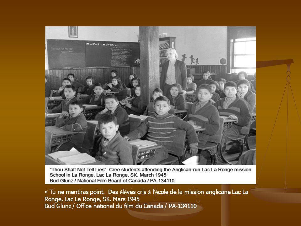 « Tu ne mentiras point. Des élèves cris à l'école de la mission anglicane Lac La Ronge. Lac La Ronge, SK. Mars 1945