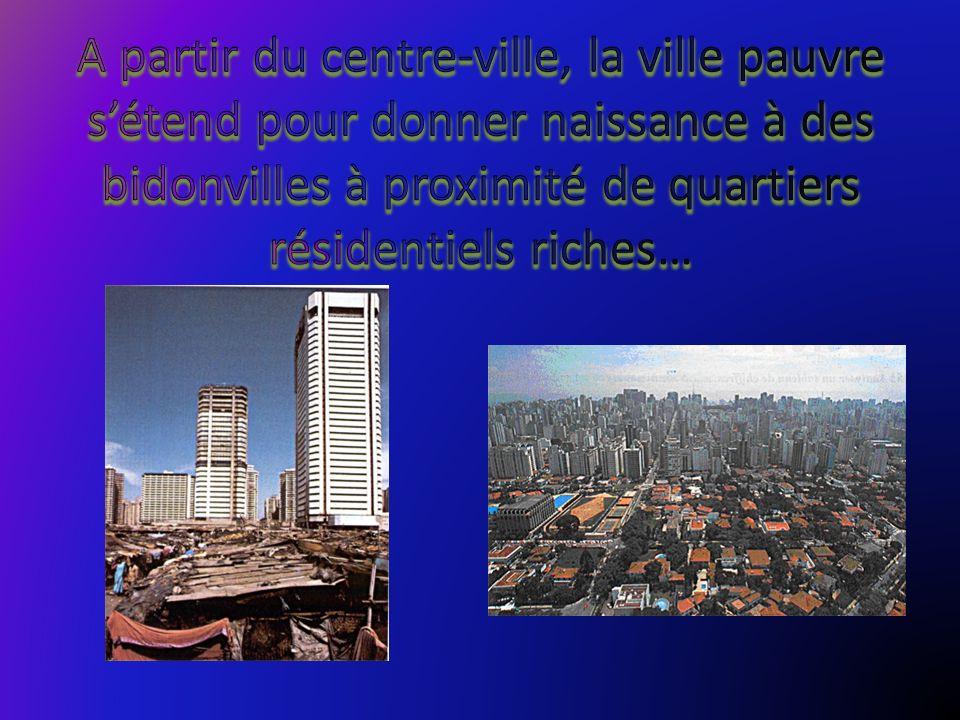 A partir du centre-ville, la ville pauvre s'étend pour donner naissance à des bidonvilles à proximité de quartiers résidentiels riches…