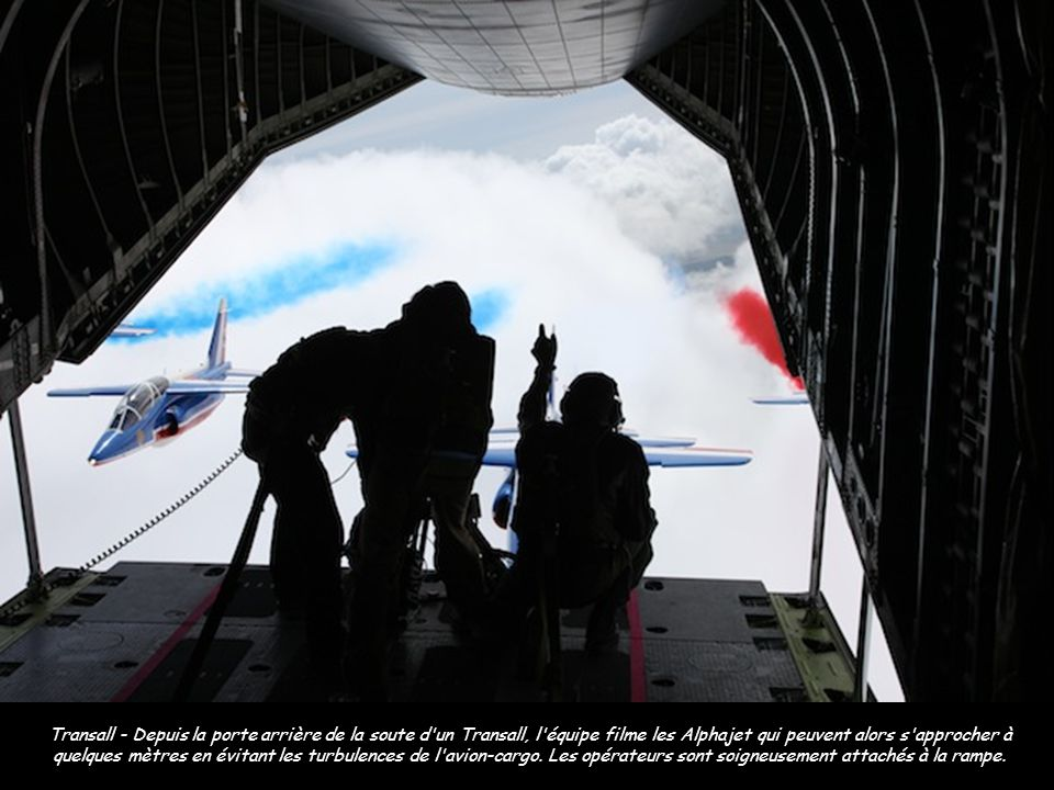 Transall - Depuis la porte arrière de la soute d un Transall, l équipe filme les Alphajet qui peuvent alors s approcher à quelques mètres en évitant les turbulences de l avion-cargo.