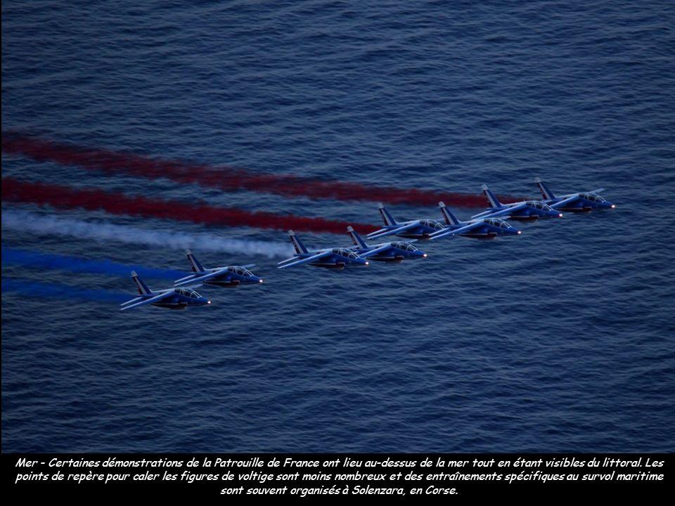 Mer - Certaines démonstrations de la Patrouille de France ont lieu au-dessus de la mer tout en étant visibles du littoral.