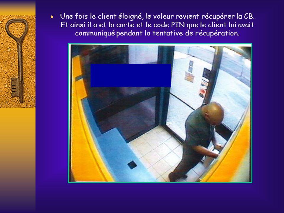 Une fois le client éloigné, le voleur revient récupérer la CB