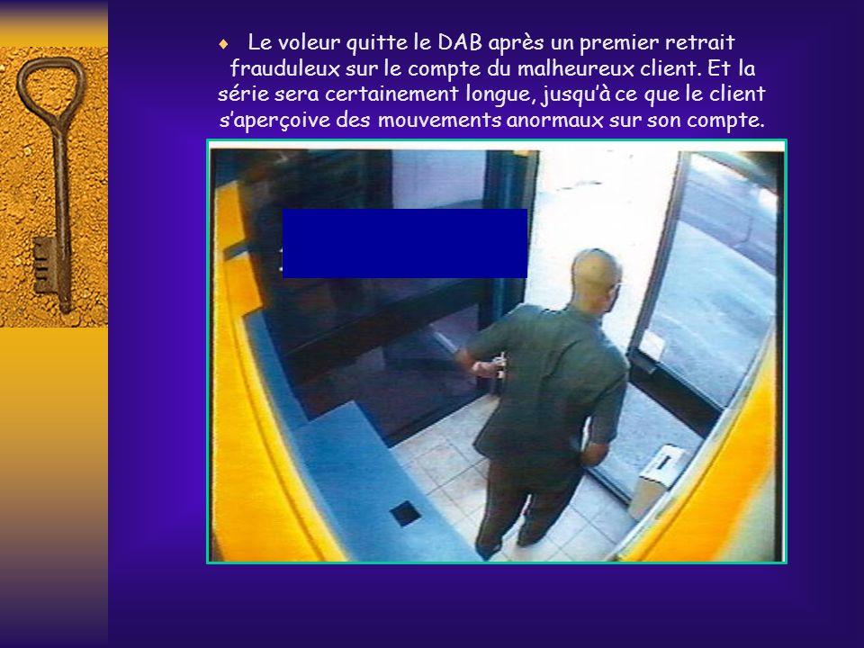 Le voleur quitte le DAB après un premier retrait frauduleux sur le compte du malheureux client.