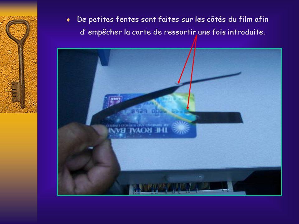 De petites fentes sont faites sur les côtés du film afin d' empêcher la carte de ressortir une fois introduite.