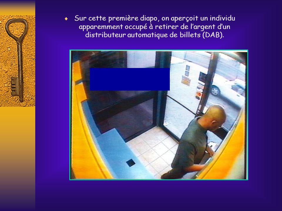 Sur cette première diapo, on aperçoit un individu apparemment occupé à retirer de l'argent d'un distributeur automatique de billets (DAB).