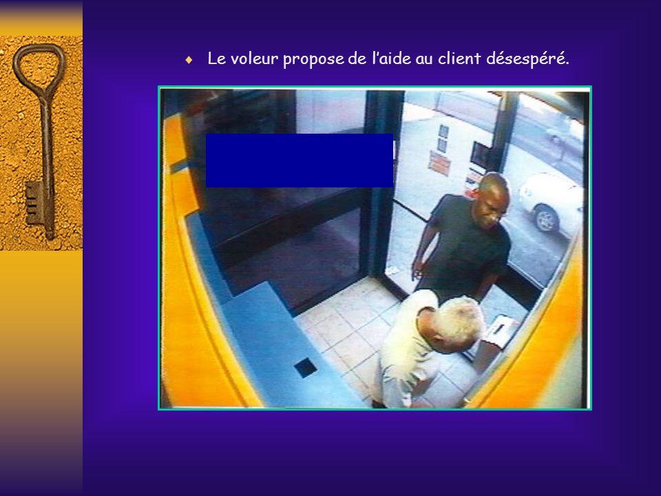 Le voleur propose de l'aide au client désespéré.