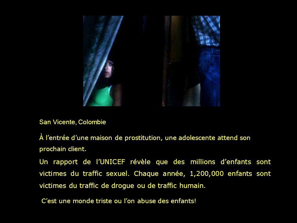 San Vicente, Colombie À l'entrée d'une maison de prostitution, une adolescente attend son prochain client.