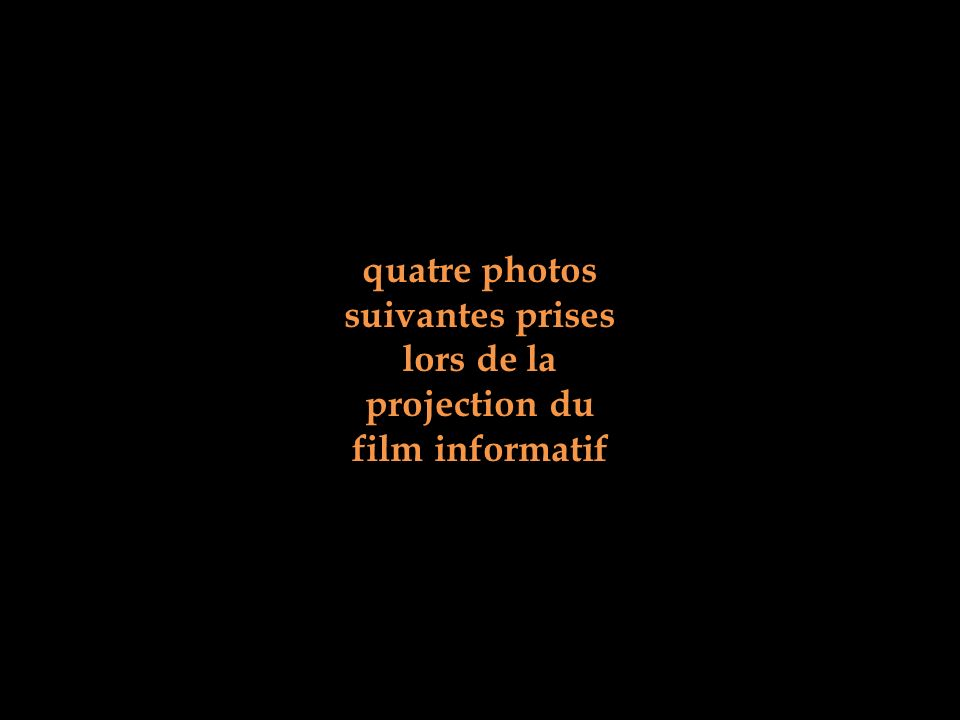 quatre photos suivantes prises lors de la projection du film informatif