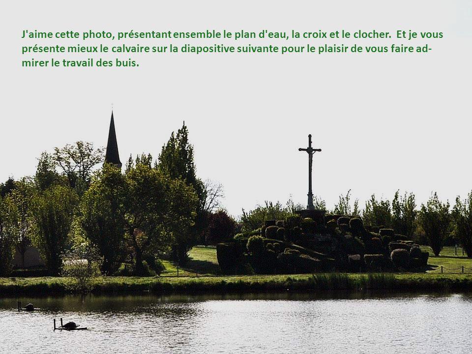 J aime cette photo, présentant ensemble le plan d eau, la croix et le clocher.