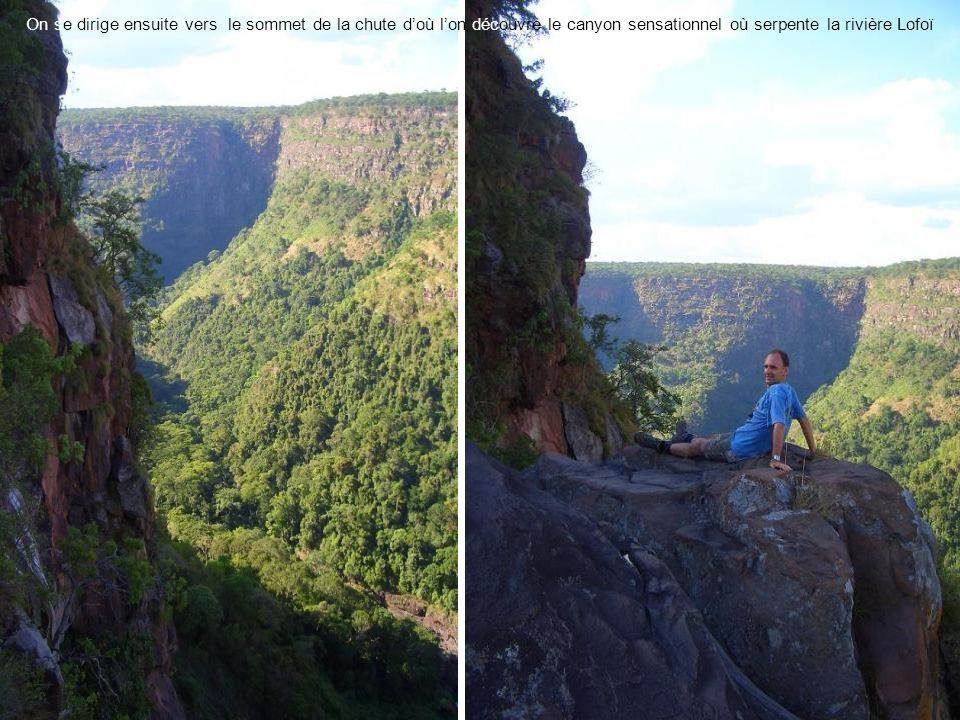 On se dirige ensuite vers le sommet de la chute d'où l'on découvre le canyon sensationnel où serpente la rivière Lofoï