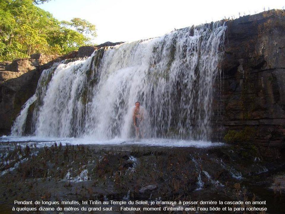 Pendant de longues minutes, tel Tintin au Temple du Soleil, je m'amuse à passer derrière la cascade en amont